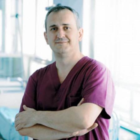 Dr Borislav Tošković je specijalista opšte i abdominalne hirurgije u Beogradu. Posebno se bavi operacijama žučne kese. Zakažite pregled i saznajte više.