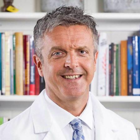 Dr Zlatko Kalaba je specijalista pedijatrije, pulmolog u Beogradu. Ima višegodišnje iskustvo u lečenju dece sa akutnim i hroničnim plučnim bolestima.
