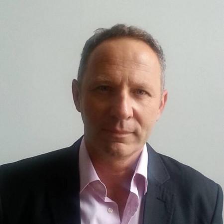 Prof. dr Srđan Đurđević je specijalista ginekologije i akušerstva. Dugi niz godina bavi se i ginekološkom onkologijom i ginekološkom urologijom.