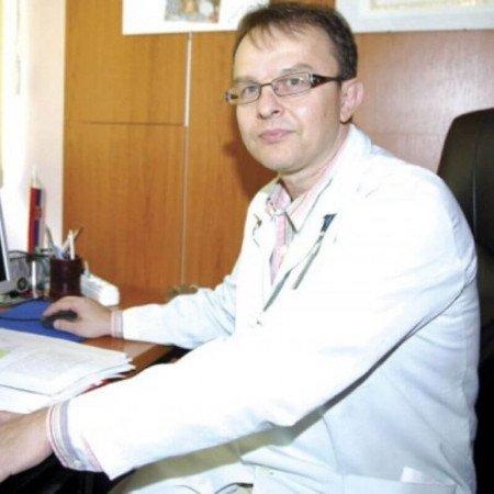 Prof. dr Vladislav Vukomanović je specijalista pedijatrije i kardiologije i profesor na Medicinskom fakultetu u Beogradu.
