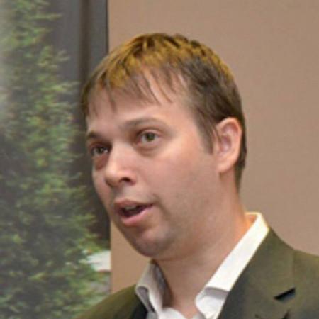 Potpukovnik dr Nenad Petrović je specijalista oftalmologije iz Beograda. Stručnjak za lasersku hirurgiju oka.