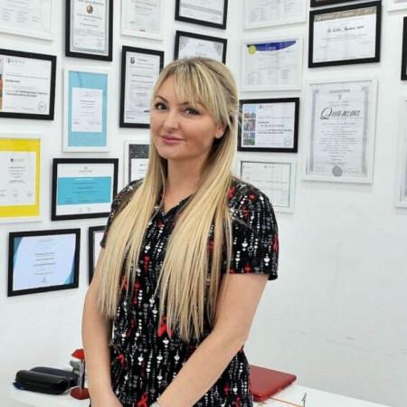 Dr Kristina Davidović je specijalista radiologije u Beogradu. Stučnjak u oblasti urgentne radiologije, neuroradiologije, ali i estetske medicine i antiejdžinga.
