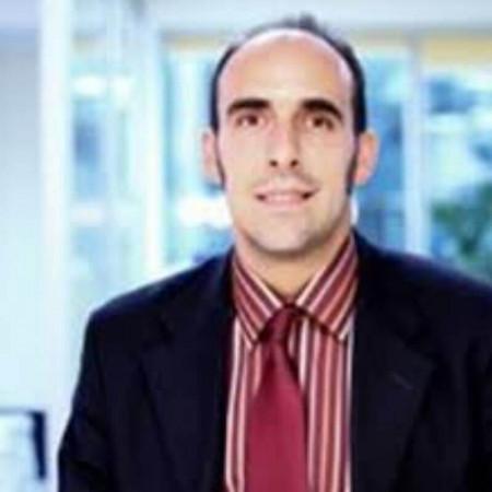 Dr Dušan Antić je diplomirani farmaceut sa dugogodišnjim radnim iskustvom. Svoje profesionalno radno iskustvo stekao je radom u privatnim i državnim ustanovama.