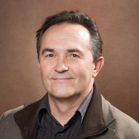 Prof. dr Viktor Til je specijalista radiologije i redovni profesor na Medicinskom fakultetu u Novom Sadu. Bavi se CT dijagnostikom.