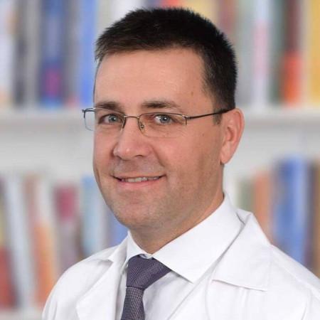 Dr Živko Soldatović je specijalista urologije iz Beograda, sa višegodišnjim iskustvom u lečenju oboljenja urotrakta.