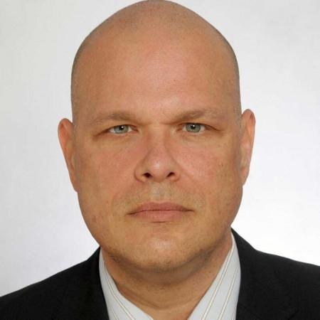 Prof dr Miloš Lučić je specijalista radiologije sa skoro 20 godina iskustva. Uža specijalizacija mu je dijagnostika neuroloških oboljenja magnetnom rezonancom.