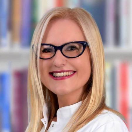 Dr Marija Popović je specijalista pedijatrije iz Beograda. Uža oblast interesovanja joj je nefrologija i intenzivna nega i terapija dece.