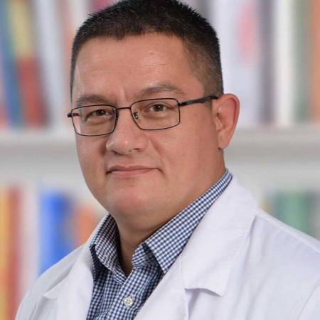 Dr Srđan Tomić je stomatolog sa višegodišnjim iskustvom. Bavi se preventivom, dečijom stomatologijom, estetskom stomatologijom i oralnom hirurgijom.