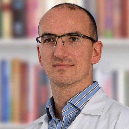 Dr Nikola Stanojević je lekar opšte prakse, specijalozant urologije. Svoju karijeru usmerava ka genito-uretralnoj i urološko rekonstruktivnoj hirurgiji. Zakažite