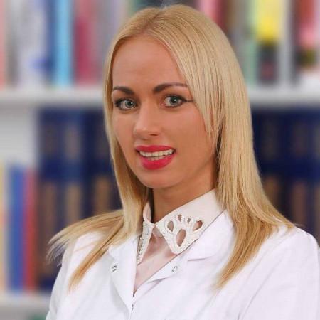 Dr Jelena Spasić je doktor stomatologije u Beogradu. Radi u privatnoj praksi i bavi se lečenjem bolesti zuba i usta dece i odraslih.