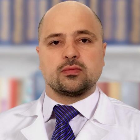 Dr Petar Radlović je specijalista ginekologije i akušerstva iz Beograda. Posebna sfera interesovanja mu je onkoginekološka hirurgija i laparoskopska hirurgija.