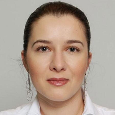 Dr Sanvila Stankov je internista kardiolog iz Zrenjanina. Posebna sfera interesovanja su joj ishemijska bolest srca i ehokardiografija.