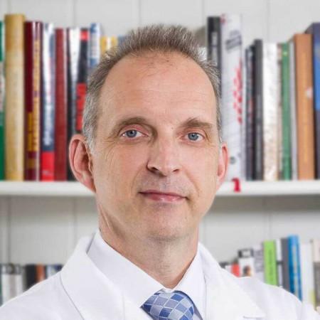 Dr Dragan Milović je specijalista fizikalne medicine iz Beograda, sa višegodišnjim iskustvom pre svega u radu sa sportistima. Pročitajte više i zakažite pregled.