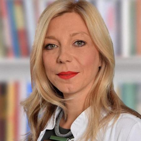 Dr Jelena Petrović Atanacković je specijalista fizikalne medicine i rehabilitacije. Uža oblast interesovanja joj je neurorehabilitacija.