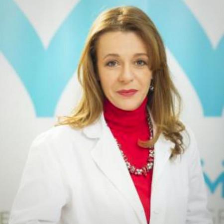 Dr Tatjana Mrđa-Radosavljević je oftamolog iz Beograda i nakon 15 godina posvećenog rada na VMA, počinje da radi i u privatnoj praksi sa problemima i bolestima oka.