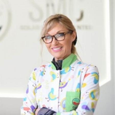 Dr Jelena Nela Solar je specijalista pedijatrije i supspecijalista dijetetike i ishrane.  Bavi se i menadžmentom u zdravstvu. Zakažite pregled 063/687-470