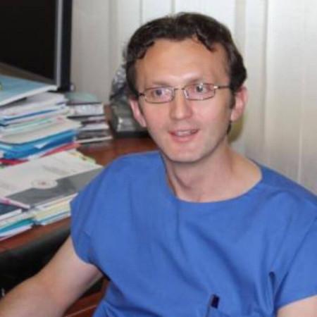 Dr Velibor Ristić je specijalista kardiologije u Beogradu. Stručnjak je u oblasti elektrofiziologije. Bavi se lečenjem srčane slabosti i poremećaja srčanog ritma.