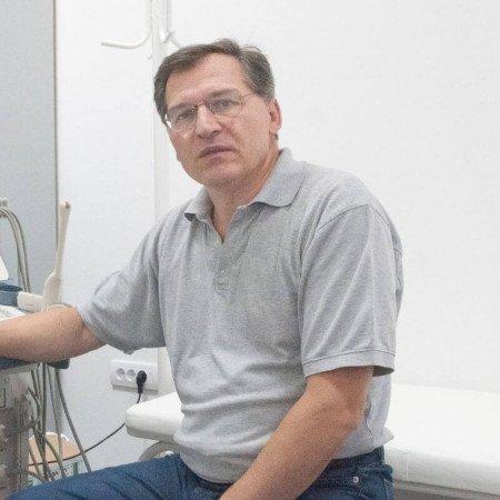 Dr Slobodan Tomić je specijalista kardiologije, doktor nauka sa višegodišnjim iskustvom u radu. Bavi se neinvazivnom dijagnostikom bolesti srca. Zakažite pregled