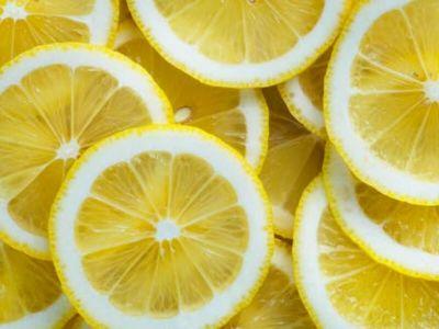 Limun je kralj među antioksidantima, ali i tonik, lek za varenje, nazeb, grip, cirkulaciju, sredstvo za mršavljenje i dezinfekciju, kura lepote. Od soka do kore, ova voćka je i džoker u kuhinji i siguran način da slanim i slatkim specijalitetima date poseban ukus.