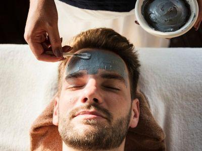 Sve više muškaraca odlazi na hirurške i nehirurške tretmane, kako bi usporili starenje i saćuvali mladalački izgled. Doktorka Katarina Runtić objašnjava koju su to uobičajeni zahvati, i odgovara na pitanje - da li su muškarci postali zaljubljenici u estetsku medicinu?