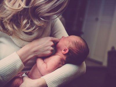 Svaka trudnoća i dolazak novog deteta podrazumevaju značajne fizičke i emotivne promene i promene životnog stila, usled novih zadataka sa kojima se roditelji suočavaju. Iako se u društvu podrazumeva da je postati roditelj najlepši trenutak u životu, ovo iskustvo je kao i svaka životna promena veoma zbunjujuće i stresno. Nekada je posledica toga i postporođajna depresija koju karakterišu intenzivna osećanja tuge, praznine i krivice, često plakanje, doživljaj preplavljenosti, bes, pa čak i razmišljanja o samoubistvu.