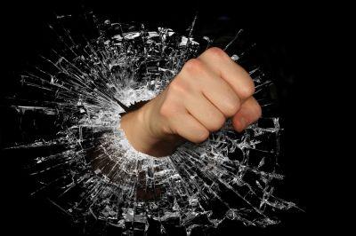 """Bes je jedna od osnovnih emocija i povezana je sa reakcijom simpatičkog nervnog sistema """"bori se ili beži"""". Pretpostavlja se da je bes ranije, tokom evolucije imao ulogu zaštite od neprijatelja. Danas besom najčešće reagujemo kada procenimo da je neko nepravedno postupio. Kada počnemo da osećamo bes čak i za manje frustracije i da se ponašamo agresivno prema svojoj okolini, govorimo o problemima kontrole besa. Za ovaj problem postoje rešenja čijim doslednim primenjivanjem možemo da promenimo ovu lošu naviku."""