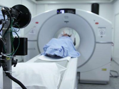 Preporučuje se da muškarci i žene od 45. godine počnu sa redovnim pregledima, a oni koji spadaju u rizičnu grupu to mogu početi već od 40. godine.Američko udruženje za kancer (ACS) preporučuje pregled, CT kolonografiju, na svakih pet godina.