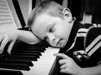 Razlozi za kašnjenje sa progovaranjem i govorom mogu biti razni, ali najvažnije jeste da čim primetimo odstupanje od normi potražimo stručnu pomoć. Da bi se postavila dijagnoza iz spektra autizma postoji više parametara koji se posmatraju, a zvaničnu dijagnozu daje dečji psihijatar nakon timske procene.