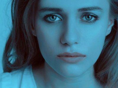 """Termin depresija je postao veoma popularan i često korišćen među laicima, pa se se ovaj termin često olako koristi tako što se svaka tuga i nezadovoljstvo nazivaju depresijom. Ovakvo baratanje terminima unosi konfuziju i može imati negativne posledice i po one koji samo tuguju, što predstavlja normalan proces koji je moguće samostalno prevazići, ali i po one koji imaju mentalni poremećaj - depresiju i koje to što su """"svi depresivni"""" može sprečiti da sami potraže pomoć."""