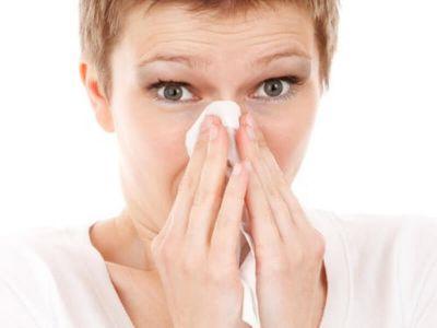 Rinitis je zapaljenje nosne sluzokože, koje se ispoljava curenjem nosa, kijanjem ili svrabom u nosu. Deli se na alergijski, infektivni i druge.